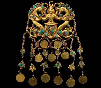 Inlaid gold pendant from Tillya Tepe, 1st century AD. National Museum of Afghanistan © Thierry Ollivier / Musée Guimet