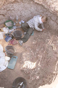 Dyan cleaning skeletons in Grave 201