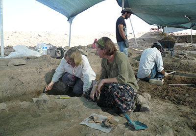 Alexandra Fletcher (left) and Rachel Swift, excavating on site at Domuztepe