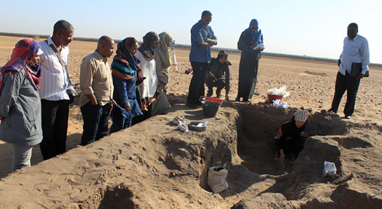 Site visit to Al-Khiday. Tina Jakob showing participants the Meroitic burial she is excavating