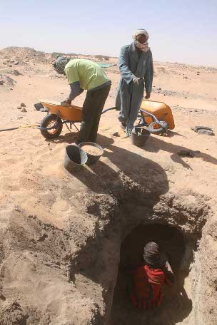Mohammed Saad with workmen Rami Mohammed Abdu and Nayel Terab excavating Grave 319