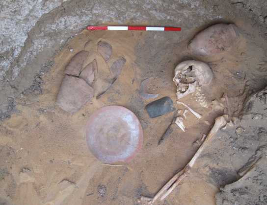 Two beer jars and a plate in the north-western corner of a chamber burial