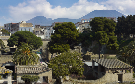 General view of Herculaneum with Vesuvius in the background © Soprintendenza Speciale per i Beni Archeologici di Napoli e Pompei.