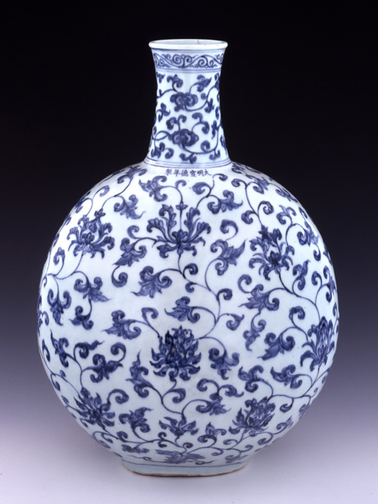 Large porcelain flask painted with underglaze blue decoration. Made in Jingdezhen, China. Ming dynasty, Xuande mark and period, 1426–1435