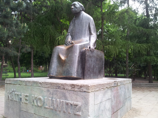 Statue of Käthe Kollwitz, Kollwitzplatz, Berlin. Photo by Rae Allen, licensed under Creative Commons Attribution 2.0 Generic (CC BY 2.0)
