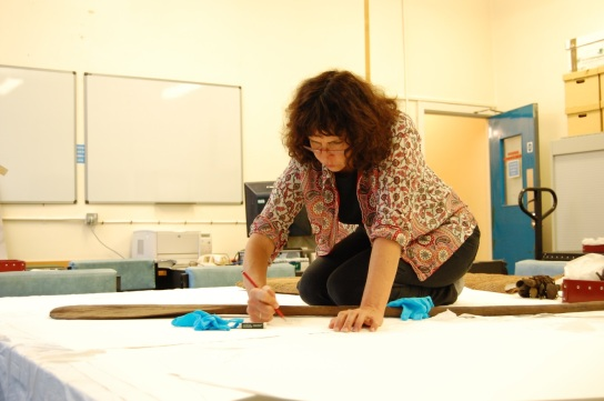 Judy Watson at the British Museum in 2013. The paddle that she is drawing features in one of the prints she produced after this visit, see below. © The Trustees of the British Museum
