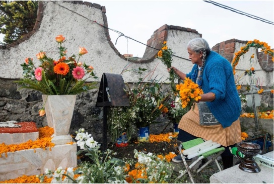 Cemetery offering of candles, marigolds and incense. (Photo: Altar: Antonio Olmos)